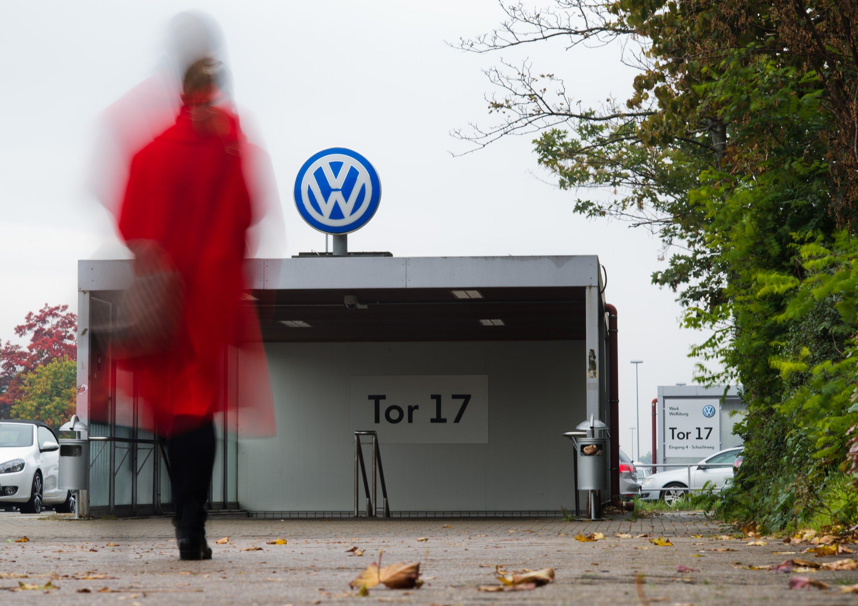 Tor 17 des VW-Werkes in Wolfsburg: Jetzt müssen die 7000 Leiharbeiter des Konzerns um ihre Jobs fürchten. Der Vorstand prüft einen Personalabbau.