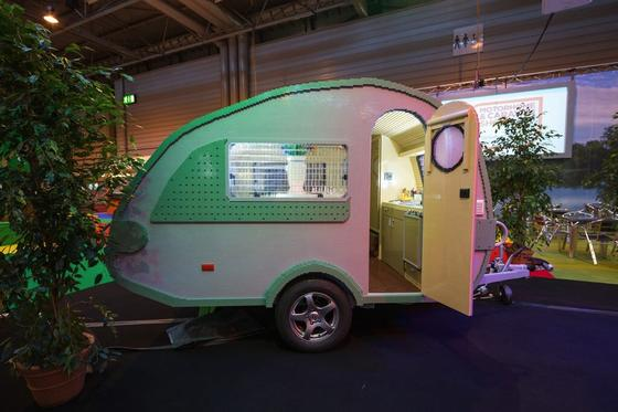 Dieser Caravan wurde aus exakt 215.158 Legoteilen zusammengebaut. Und schafft es damit in das Guinness-Buch der Rekorde.