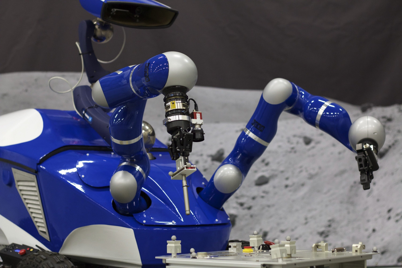 Interaktiver Centaur Rover: Er wurde vom ESA Telerobotics and Haptics Labentwickelt und designed. DerRoboter lässt sich über eine Distanz von mehr als 400 Kilometern präzise fernsteuern. Hochsensible Sensoren ermöglichen die Übertragung haptischer Tasterfahrungen ins Weltall.