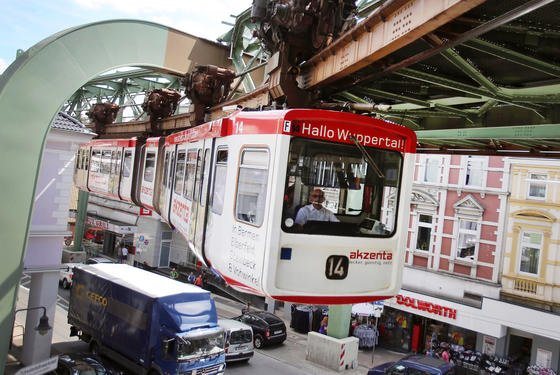 Seit über 100 Jahren fährt die Schwebebahn zuverlässig durch Wuppertal. Jetzt modernisiert die Stadt ihre berühmte Schwebebahn und verkauft 21 alte Wagons aus den 1970-er Jahren.