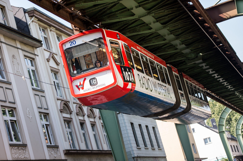 Ein Wagon der Wuppertaler Schwebebahn ist 24 m lang. Erste Firmen würde gerne in ausrangierten Wagons ihre Firmen-Cafeteria einrichten.