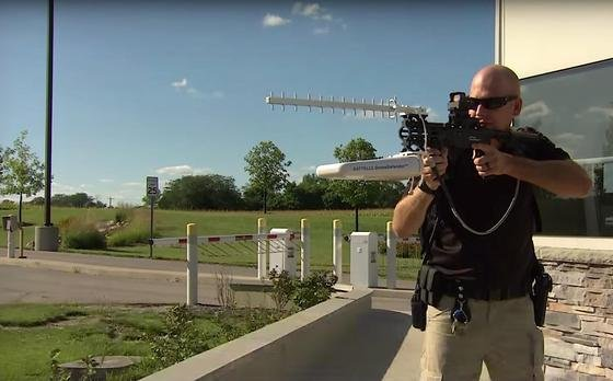 DroneDefender im Einsatz: Der 5 kg schwere Aufsatz mit zwei Antennen lässt sich an jedem Gewehr mit Zielfernrohr befestigen.