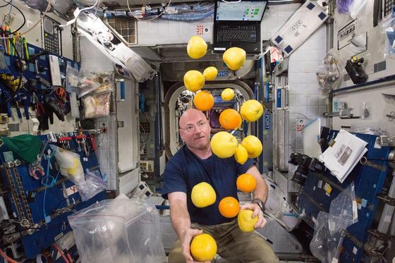 Zeit für Spaß muss sein: Astronaut Scott Kelly jongliert im All. Er verbringt ein Jahr nonstop in der Schwerelosigkeit.