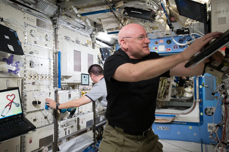 Scott Kelly bei der Arbeit: Er verbringt ein Jahr auf der ISS –mehr Zeit im All als je ein Astronaut zuvor.