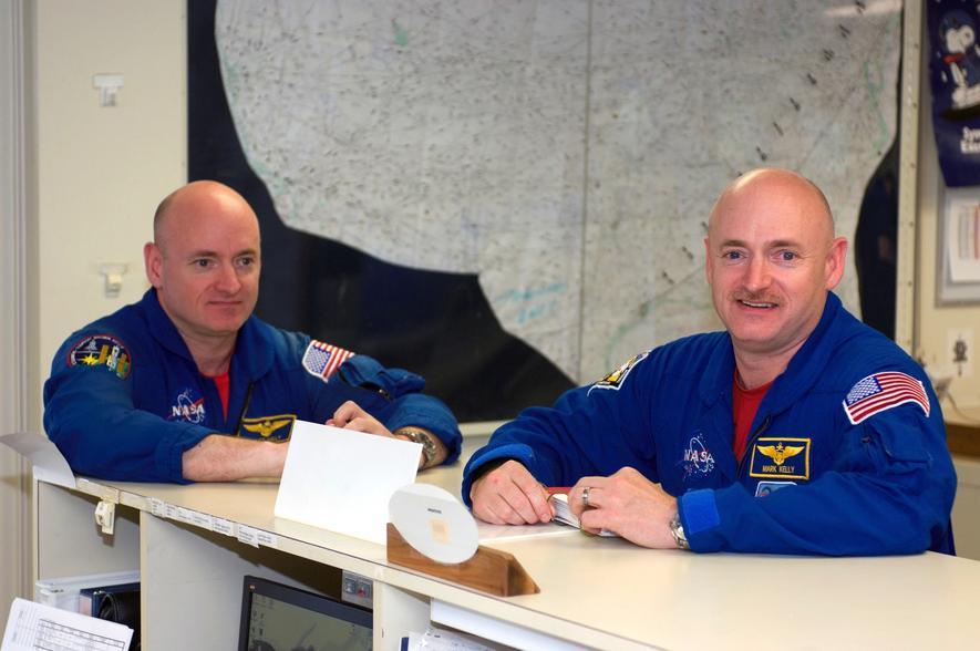 Nasa-Astronaut Scott Kelly (l.) und sein Zwillingsbruder Mark. Die Zwillinge sind genetisch fast identisch, so dass die Nasa erforschen will, welchen Einfluss der Aufenthalt im Weltall im Detail auf den Körper des Menschen hat.