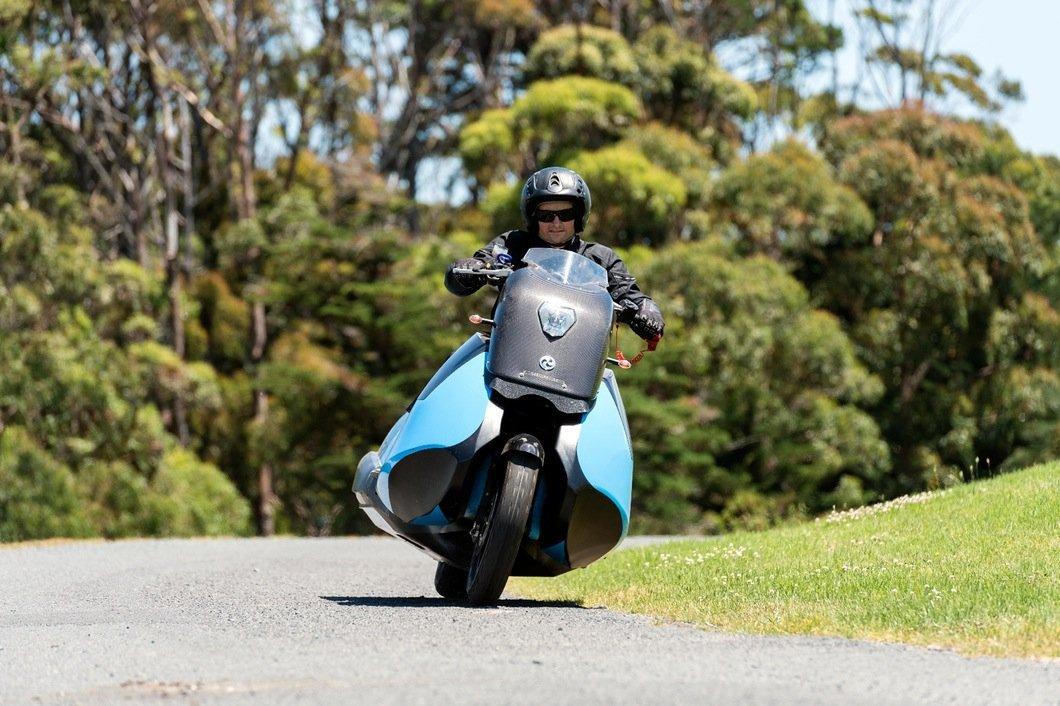Macht auch auf der Straße einen sportlichen Eindruck: das Amphibienmotorrad Biski.