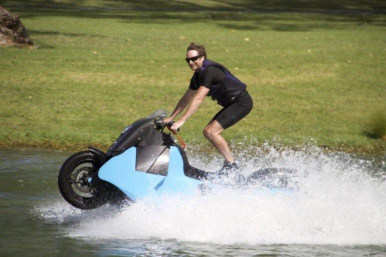 James-Bond-Feeling: Stehend auf dem Biski über das Wasser rasen.