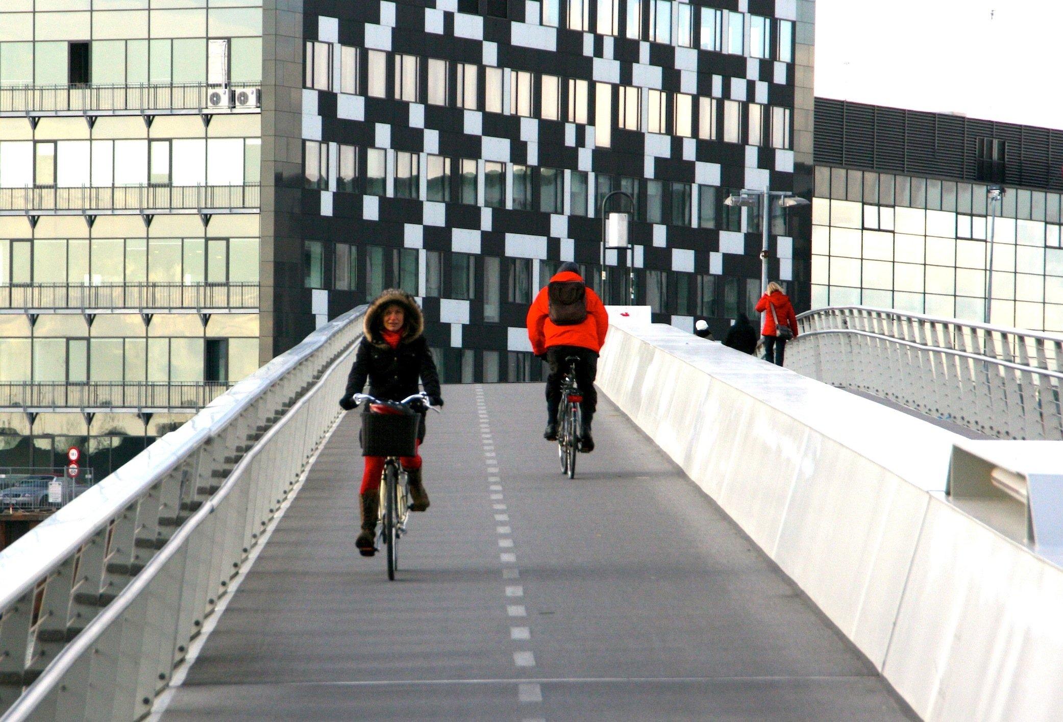 Kopenhagen will die Pendler aufs Rad bekommen und plant deshalb Radschnellwege zwischen den Vororten und der Innenstadt. Hier im Bild eine Fahrradbrücke im Zentrum.