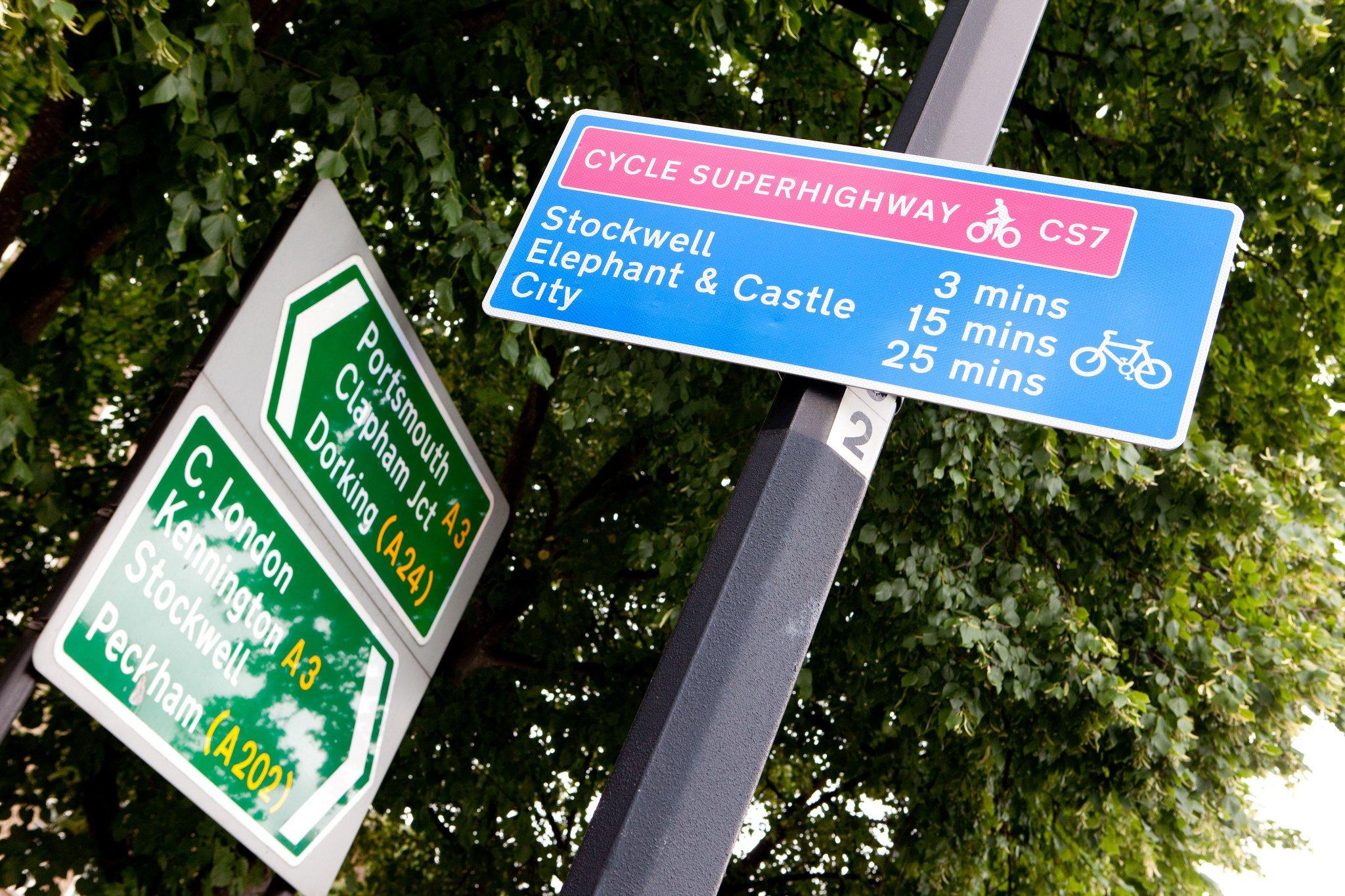 Hinweisschild auf Superhighway in London: Die britische Hauptstadt, chronisch vom Autoverkehr verstopft,setzt voll aufs Rad und plant sogar ein Netz sogenannter Superhighways. Einer soll über 100 km weit bis zur Kanalküste führen.
