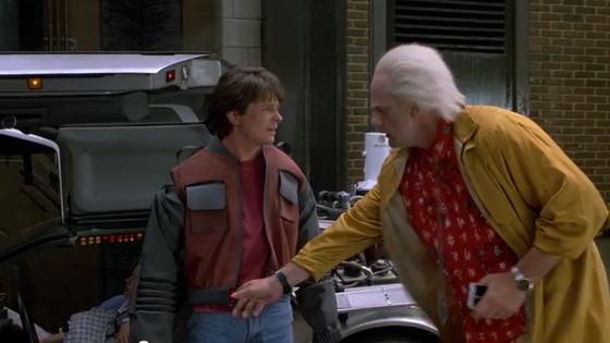 """McFly (gespielt von Michael J. Fox) zusammen mit dem Tüftler Doc Brown in """"Zurück in die Zukunft II""""."""