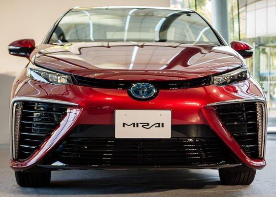 Der Toyota Mirai hat eine Brennstoffzelle an Bord. Auffällig sind die großen Lufteinlässe in der Fahrzeugfront.