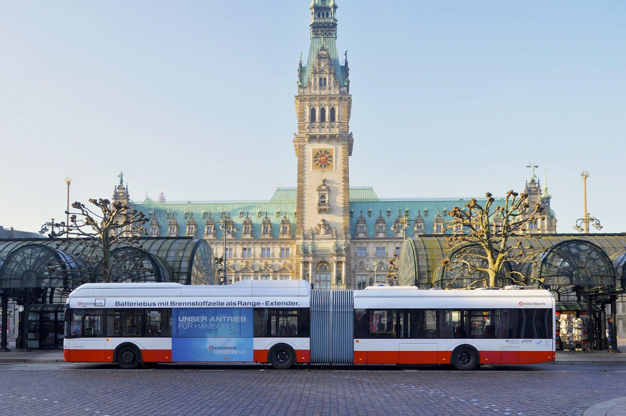 Bus mit Brennstoffzelle vor dem Hamburger Rathaus: In der Hansestadt gibt es bereits mehrere Busse, die mit Wasserstoff unterwegs sind.