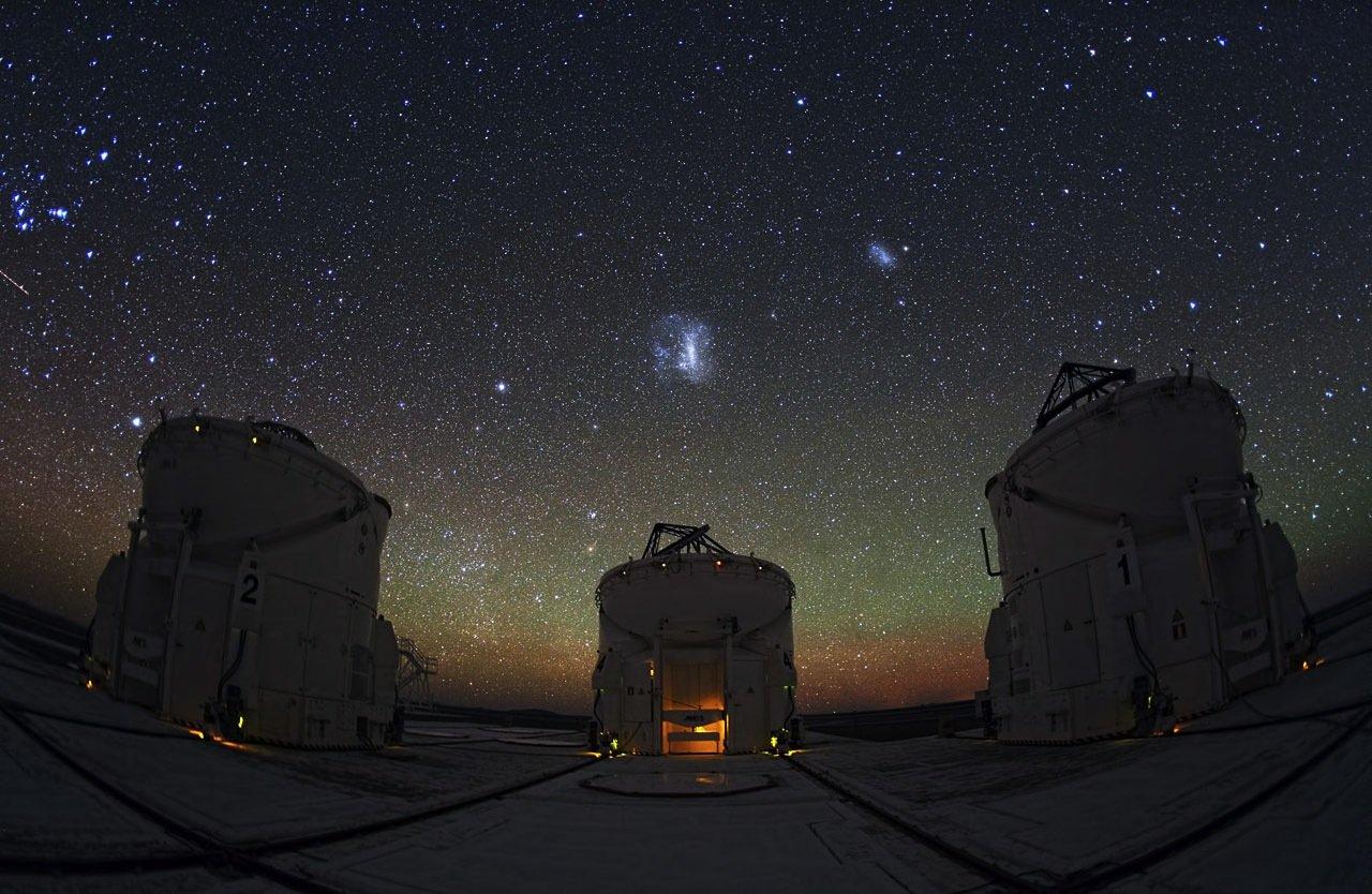 Wenn man vom Paranal-Observatorium der ESO in Chile aus an den Nachthimmel blickt, wird man wie hier zu sehen mit einer atemberaubenden Ansicht begrüßt. Sprenkel von Blau, Orange, Rot – jeder entweder ein Stern, eine Galaxie, ein Nebel oder etwas anderes, was zusammen den funkelnden Nachthimmel bildet.