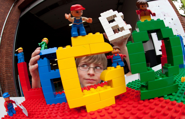 Spielendes Kind in Legosteinen: Aktuell ist die Nachfrage so hoch, dass nicht mehr alle Bausätze verfügbar sind.