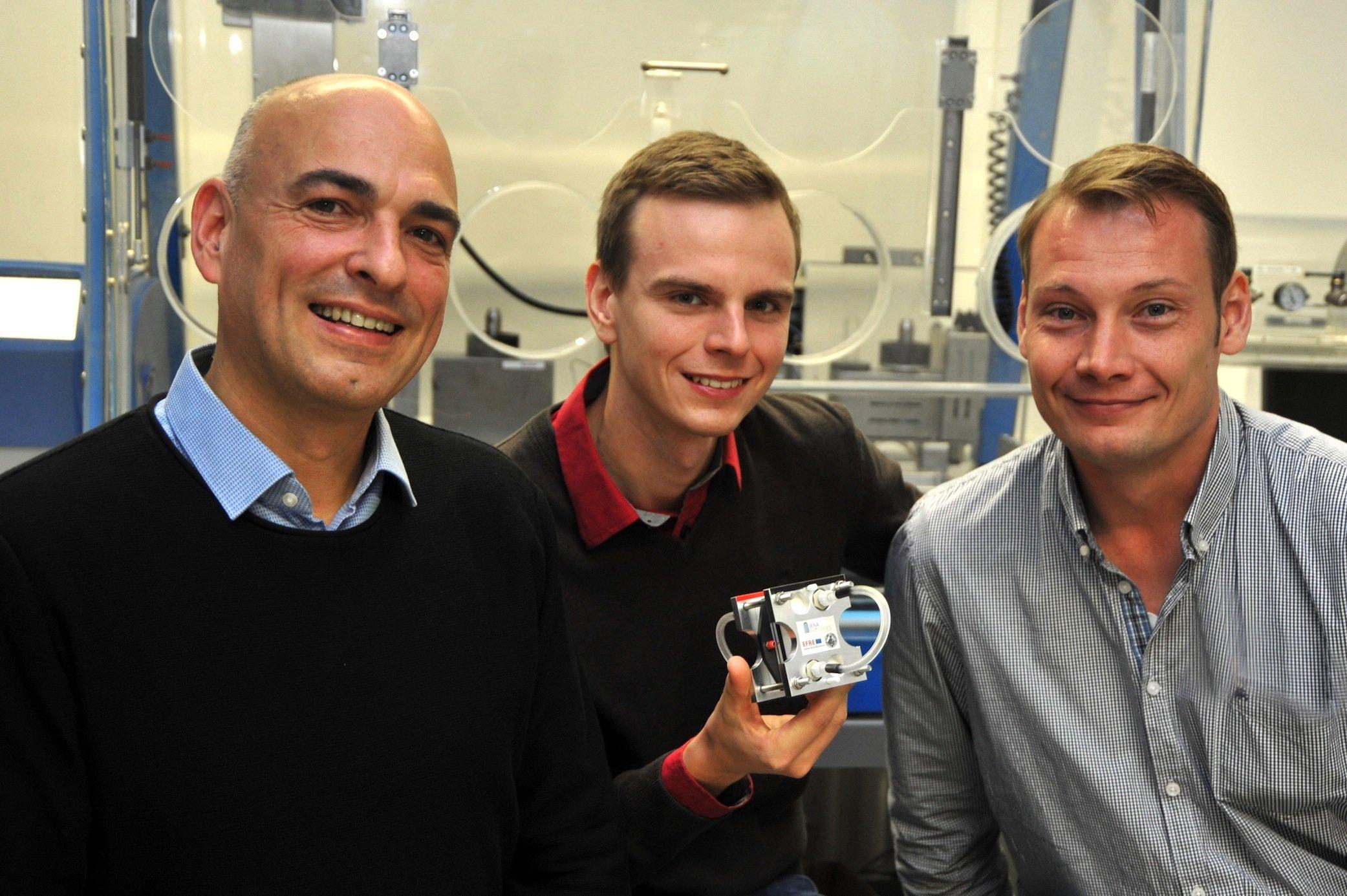 Das Jenaer Forscherteam mit der neuen Batterie (v. l.): Prof. Ulrich S. Schubert, Tobias Janoschka und Dr. Martin Hager.