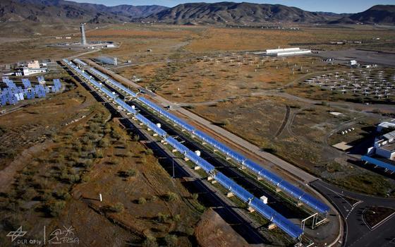 Solaranlage des DLR in Südspanien: Auf einer Länge von 1000 m lenken Parabolspiegel Sonnenstrahlen auf sogenannte Receiverrohre, in denen Wasser verdampft.