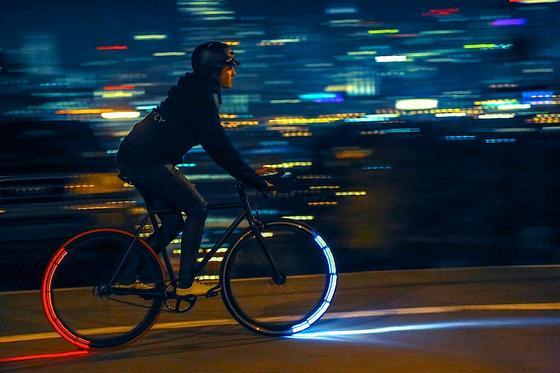 Eclipse+ während einer Nachtfahrt: Die rotierenden LEDs leuchten immer nur dann, wenn sie nach vorne oder hinten zeigen. Sie sind so auffällig, dass Radfahrer in der Nacht kaum noch zu übersehen sind.