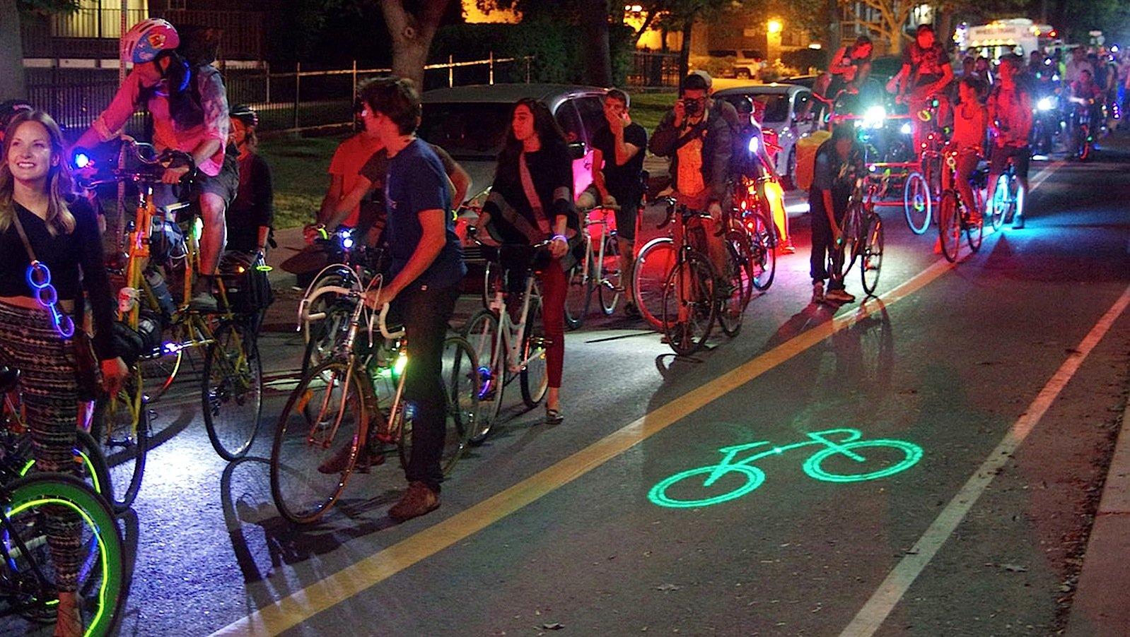 Großes Sicherheitsplus: DasBlaze Laserlight wirftein grün leuchtendes Fahrradsymbol sechs Meter vor dem Vorderrad auf die Straße. So kann der Radler auch von Bus- und Lastwagenfahrern erkannt werden, wenn er sich im toten Winkel ihrer Fahrzeuge befindet. Das zumindest im Dunkeln deutlich sichtbare Radsymbol auf dem Asphalt kündigt Radfahrer aber auch um die Ecke und in anderen Situationen an, in denen sie für andere Verkehrsteilnehmer (noch) unsichtbar sind.