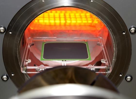 Keramische Festoxid-Brennstoffzelle vor geöffnetem Ofen: Seit mehr als acht Jahren produziert die Brennstoffzelle des Forschungszentrums Jülich Strom.