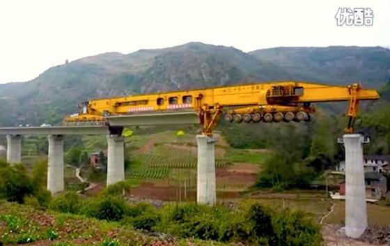 """Die SLJ 900/32 des chinesischen Unternehmens Beijing Wowjoint Machineryist gerade ein Star auf Youtube. Es ist einfach zu spektakulär, wie die Monstermaschine auf Brückenpfeilern balanciert und rieisige Betonteile in Brücken einsetzt. Hier geht es zum Video auf <link target=""""_blank"""" class=""""extern"""" url_id=""""15337"""">Youtube</link>."""