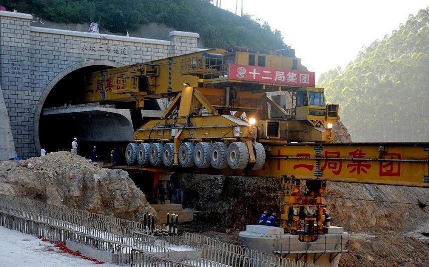 Sogar durch Bahntunnel können die Baumaschinen fahren, um riesige Bauteile zu entlegenen Brücken zu bringen.