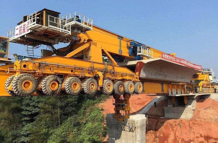Brückenbaumaschine von Beijing Wowjoint Machinery: Bis zu 580 Tonnen wiegt die Maschine, die riesige, vorgefertigte Bauteile vorschiebt und dabei selbst nur auf den Brückenpfeilern balanciert.
