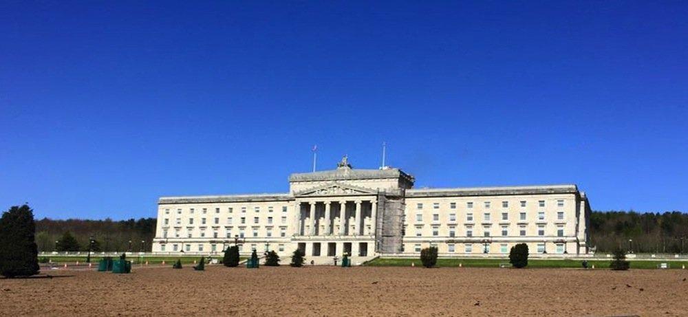 Parlamentsgebäude in Belfast: Vom Boden aus sind die Solarmodule nicht zu erkennen. Unscheinbarkeit war eine der Projektbedingungen.