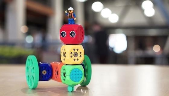 """""""Robo Wunderkind"""": Der Roboter-Bausatz aus farbenfrohen Würfeln zum Zusammenstecken soll sich schon von Fünfjährigen programmieren lassen."""