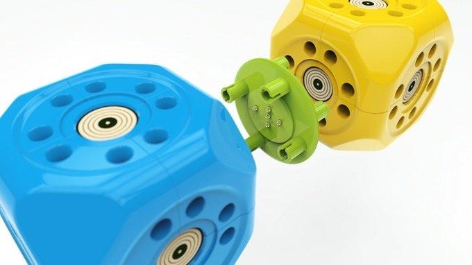 Die Extra-Würfel von Robo Wunderkind lassen sich über Steckverbindungsplatten miteinander kombinieren. Es gibt Würfel mit Motoren, Würfel mit Lichtsensoren, mit Beschleunigungsmesser, Annäherungssensor oder Kamera, Würfel mit Bluetooth-Schnittstelle und sogar einen mit einem Wettersensor, der Temperatur, Luftdruck und -feuchtigkeit erfasst.