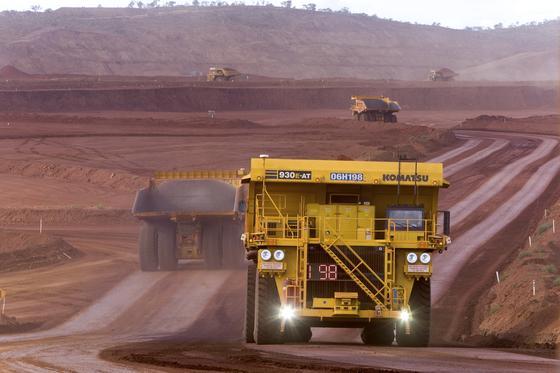 Seit wenigen Tagen hat der Bergbau-Konzern Rio Tinto in den beiden ErzminenYandicoogina und Nammuldi im Westen Australiens den Lkw-Verkehr auf fahrerlosen Betrieb umgestellt. Gesteuert werden die riesigen Muldenkipper von der Zentrale in Perth. Diese ist 1200 km entfernt.