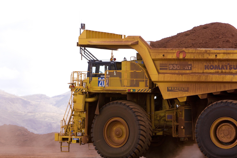 Kein Fahrer mehr zu sehen: Dieser schwere Muldenkipper fährt autonom, überwacht aus der 1200 km entfernten Unternehmenszentrale von Rio Tinto in Perth. Der Bergbaukonzern hat jetzt zwei Erzminen in Australien auf fahrerlosen Betrieb umgestellt.