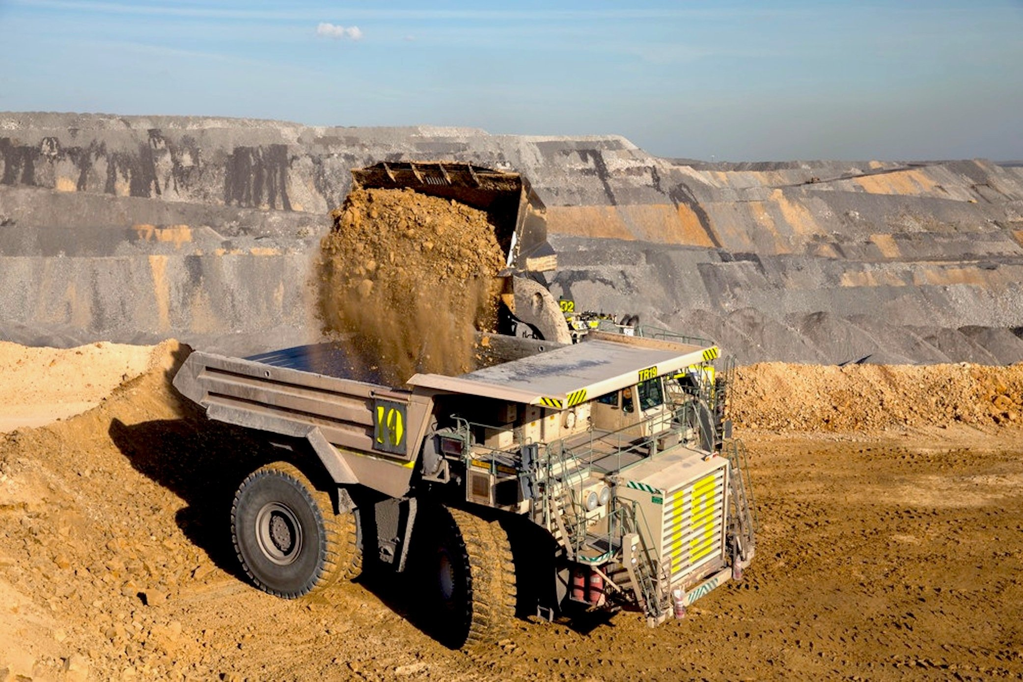 Unheimlich riesige muldenkipper ohne fahrer unterwegs for Ingenieur bergbau