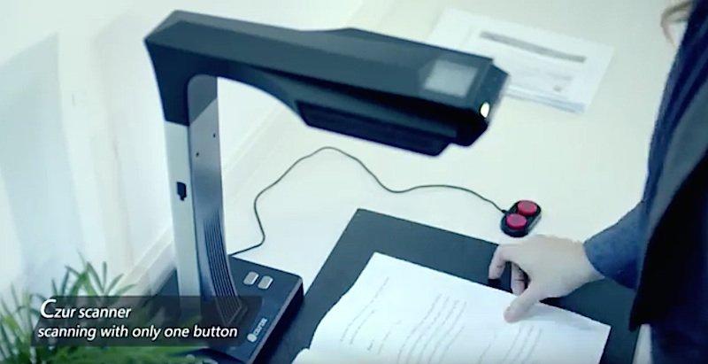 Benutzerfreundlich: Nur ein einziger roter Knopf muss am Czur Scanner betätigt werden.