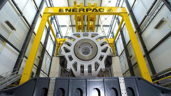Gondeln aus Windkraftanlagen mit bis zu 8 MW Leistung können jetzt im neuen Teststand in Bremerhaven getestet werden. Das verkürzt die Markteinführung erheblich. Bislang müssen die Generatoren noch aufwendig in der Praxis getestet werden.
