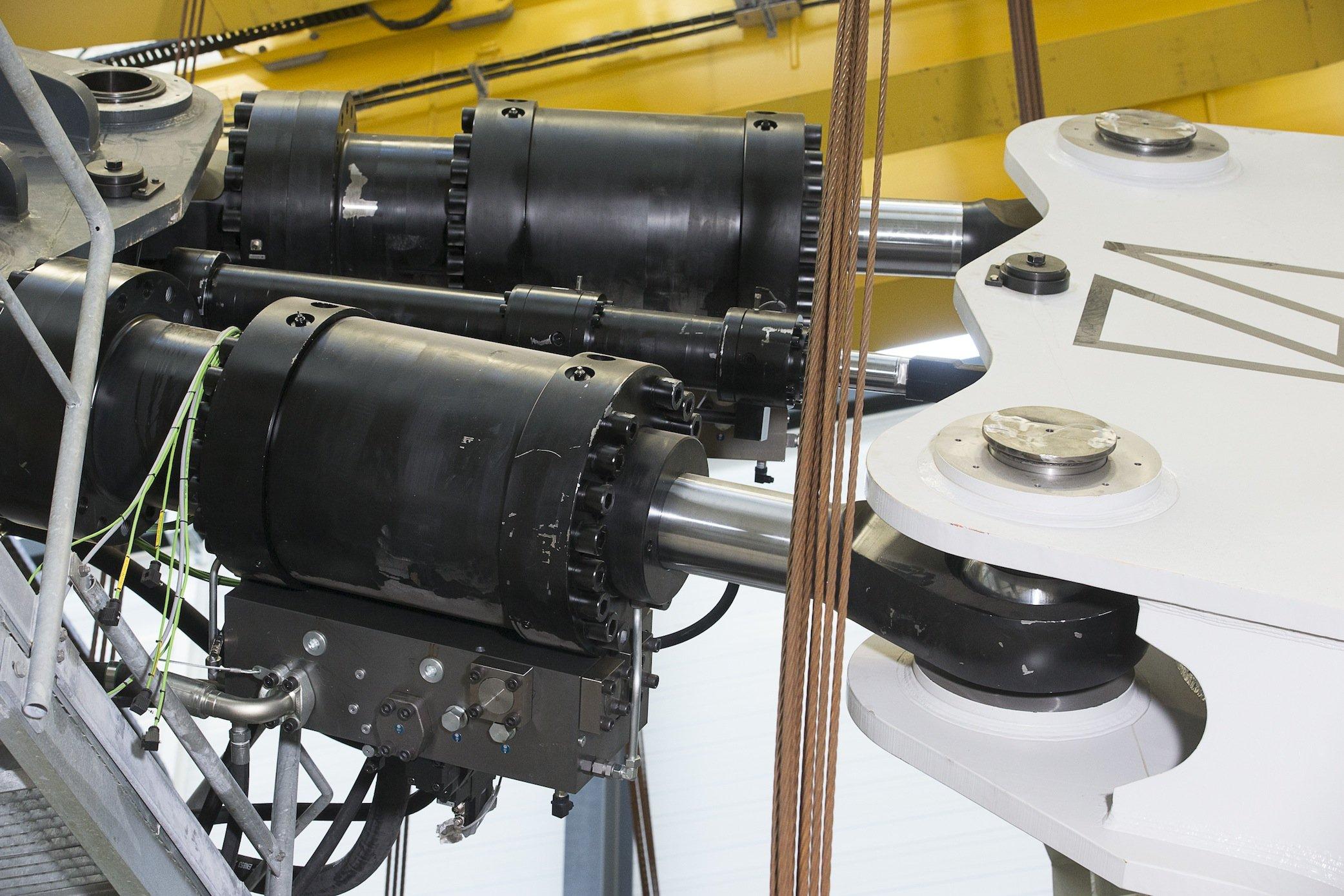 Bärenstarke Hydraulik-Zylinder bewegen die Generatoren im Teststand. 100 t wiegt beispielsweise ein Generator für eine 3-MW-Windkraftanlage.