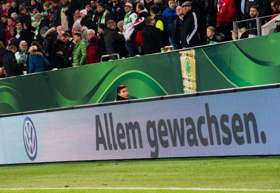 Allem gewachsen: Mit diesem Spruch warb der VW-Konzern beim DFB-Pokalspiel zwischen dem VfL Wolfsburg und dem FC Bayern München am Dienstag in der Arena in Wolfsburg. Am Mittwoch musste der Konzern einen Quartalsverlust von 3,48 Mrd. € einräumen.