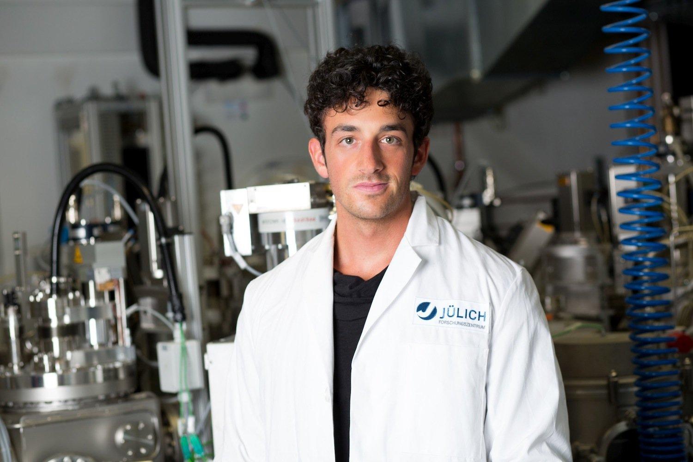 Félix Urbain vor einer Cluster-Depositionsanlage zur Herstellung der Silizium-Dünnschichtsolarzellen.