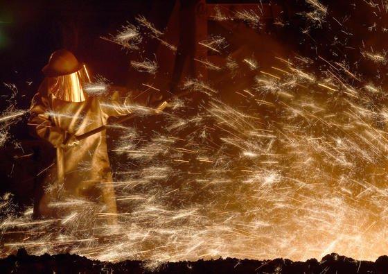 Am Anfang war das Feuer: Die Arbeit am Hochofen ist ein erster Schritt bei der Stahlproduktion. Am Material und seiner Verarbeitung wird immer weiter geforscht. Jetzt hat das Karlsruher Institut für Technologie ein neues Verfahren zum Härten von Stahl entwickelt.