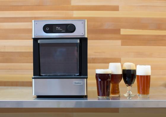 Diese Maschine ist so klein wie eine Kaffeemaschine, kann aber Bier brauen. Auf Kickstarter ist jetzt so viel Geld zusammen gekommen, dass im April die ersten ausgeliefert werden.
