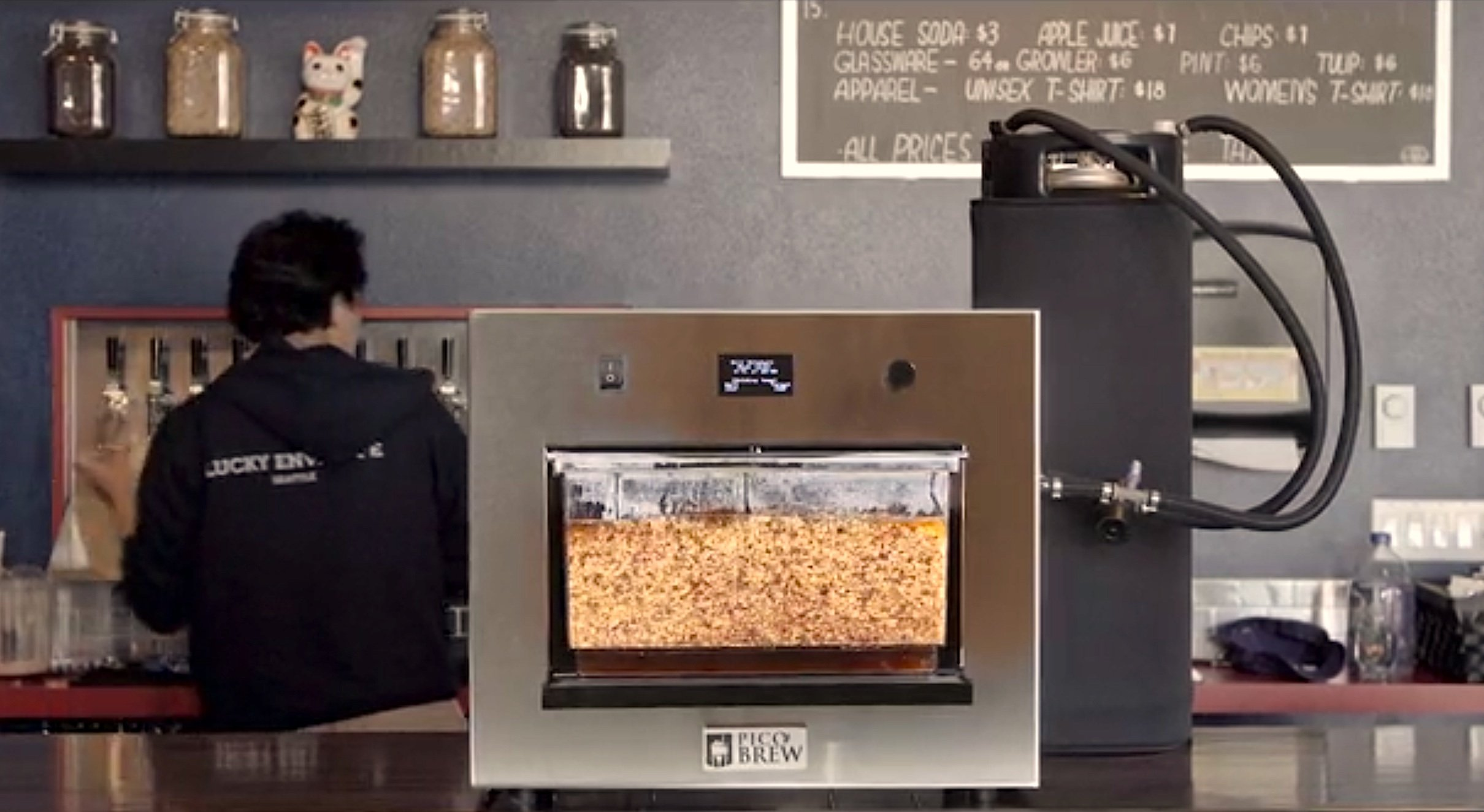 Nachdem die Zutaten und das Wasser in die Maschine gefüllt sind, beginnt der Brauvorgang. Nach einer Woche ist das Bier fertig und kann in kleine Fässer abgefüllt werden.