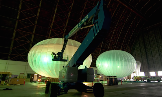 Google Projekt Loon: Dank eigener Fertigungsanlagen können Arbeiter die Ballons mittlerweile in nur wenigen Stunden bauen.In Indonesien startet jetzt der bisher größte Testlauf.