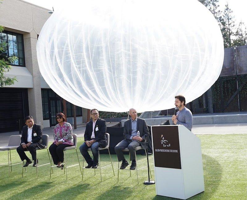 Sache klar gemacht: Die drei größten indonesischen Mobilfunkanbieter beteiligen sich am bislang größten Projekt-Loon-Test. Von links nach rechts: Telkomsel-ChefRiriek Adriansyah, Dian Siswarini, CEO von XL Axiata; Alexander Rusli, Indosat CEO; Mike Cassidy, VP, Loon; Sergey Brin, President, Alphabet Inc. Hinter den Kooperationspartnern ist ein halbaufgeblasener Ballon im neuesten Design zu sehen, genannt Nighthawk (Nachtschwärmer).