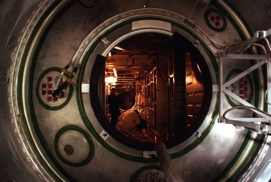 Blick in das russische Service-Modul der ISS am 10. Dezember 1997 im russischen Raumfahrtzentrum in Moskau: Im Hintergrund zu sehen ist US-Astronaut William Shepherd. Das Element wurde im Dezember 1998 ins All gebracht. Am 2. November 2000 – heute vor 15 Jahren – bezog die erste Crew die Internationale Raumstation.