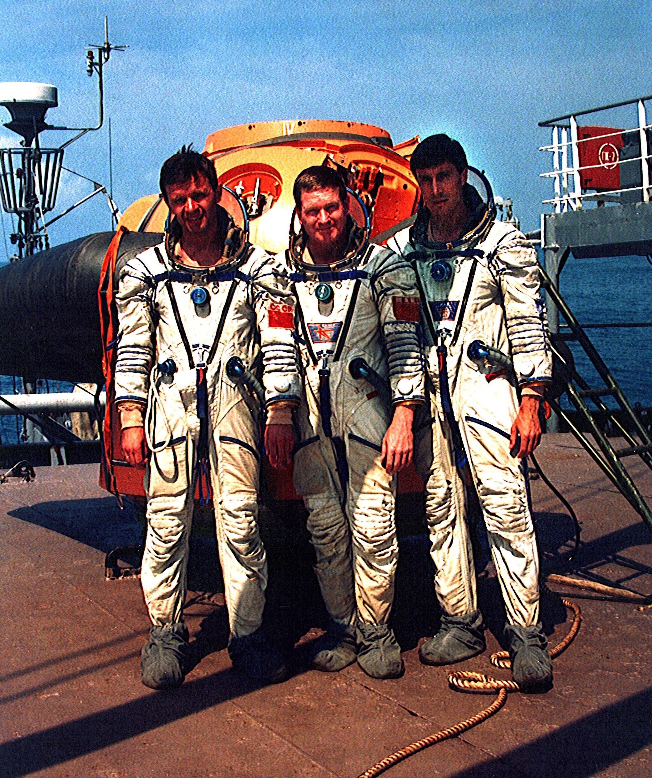 Die erste Crew der ISS am 3. Oktober 1997 bei Übungen am Schwarzen Meer:Juri Gidsenko (l.),William Shepherd (m.) undSergei Krikaljow.