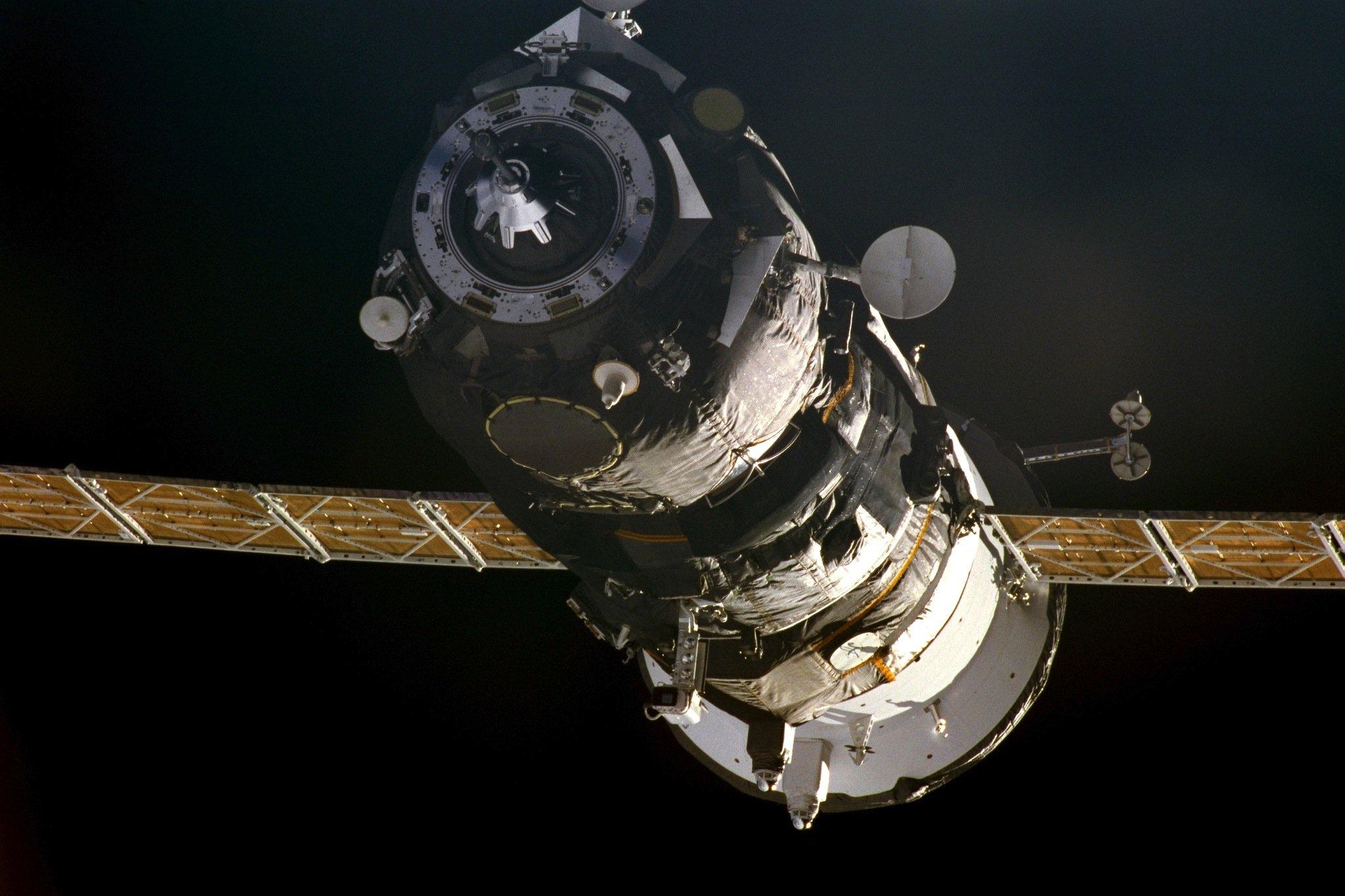 Die ISS am 18. November 2000: Die Station war erst im Aufbau und war nur 13 m kurz. Privatsphäre für die erste Besatzung gab es überhaupt nicht. Im Bild ist auch der angedockte Progress-Transporter zu sehen, der zwei Tonnen Nahrung, Kleidung, Hardware und Weihnachtsgeschenke zur ISS brachte.