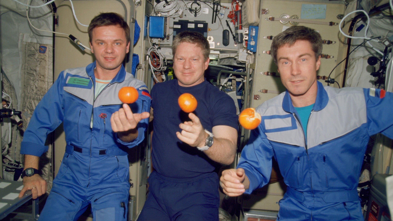 Spielerei an Bord der ISS:Der amerikanische Astronaut William Shepherd (m.) bildete mit den russischen Kosmonauten Juri Gidsenko(l.) und Sergei Krikaljow(r.) die erste Langzeitcrew der Internationalen Raumstation ISS. Am 31. Oktober 2000 startete das Team mit dem Space Shuttle Discovery und zog am 2. November 2000 in die ISS als Expedition 1 ein.