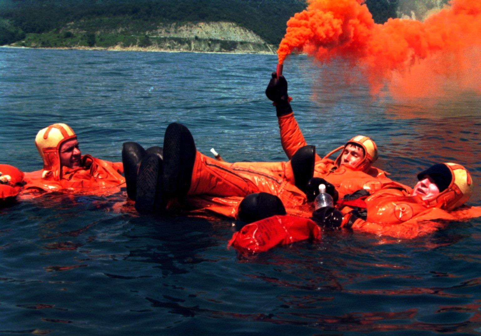 1997, drei Jahre vor ihrem Flug zur ISS, trainierte Crew Nr. 1 im Schwarzen Meer Überlebensmaßnahmen für den Fall, dass die Sojus-Rakete nicht auf Land, sondern auf Wasser landen sollte.