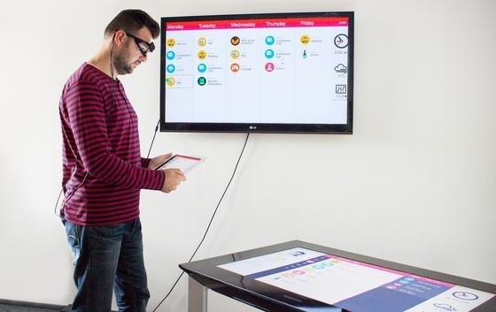 Saarbrücker Informatiker haben ein neues Verfahren entwickelt, mit dem man verschiedene Geräte wie Tablets, Fernsehbildschirme und PC-Displays parallel mit Eye-Tracking-Brille nutzen kann.
