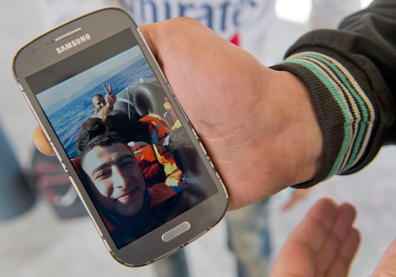 Flüchtling aus Syrien mit einem Samsung-Smartphone am Berliner Ostbahnhof: Das Android-Betriebssystem ist besonders in armen Ländern stark verbreitet und bietet noch weitere Wachstumsmöglichkeiten für Facebook.