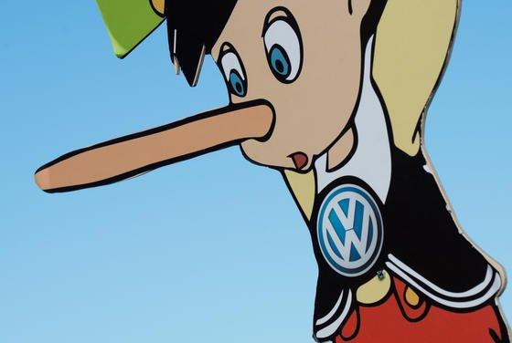 Pinocchio-Figur bei einer Protestaktion der Umweltschutzorganisation Greenpeace vor dem VW-Werk in Wolfsburg: Jetzt hat VW weitere Manipulationen mitgeteilt.